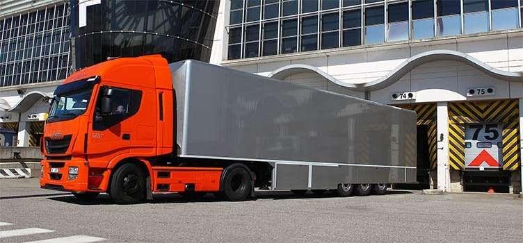 Il trattore pesante Stralis Hi-Way durante una fase di carico